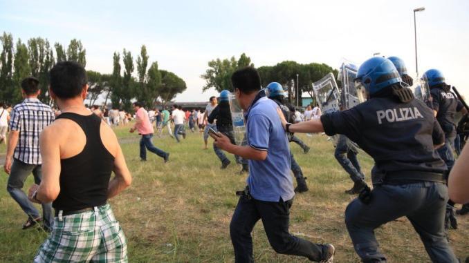 Controlli a Sesto Fiorentino, scontro tra forze dell'ordine e cinesi
