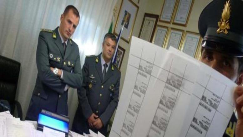 Napoli, sgominata la gang dei permessi di soggiorno: arrestati anche ...