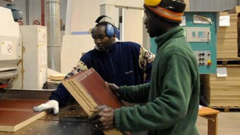 stranieri lavoro paga italia